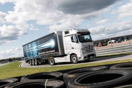 518f555b0cdfefeb937ef88d29e8d799 520x347 - В России стартовали продажи новых грузовиков Mercedes-Benz